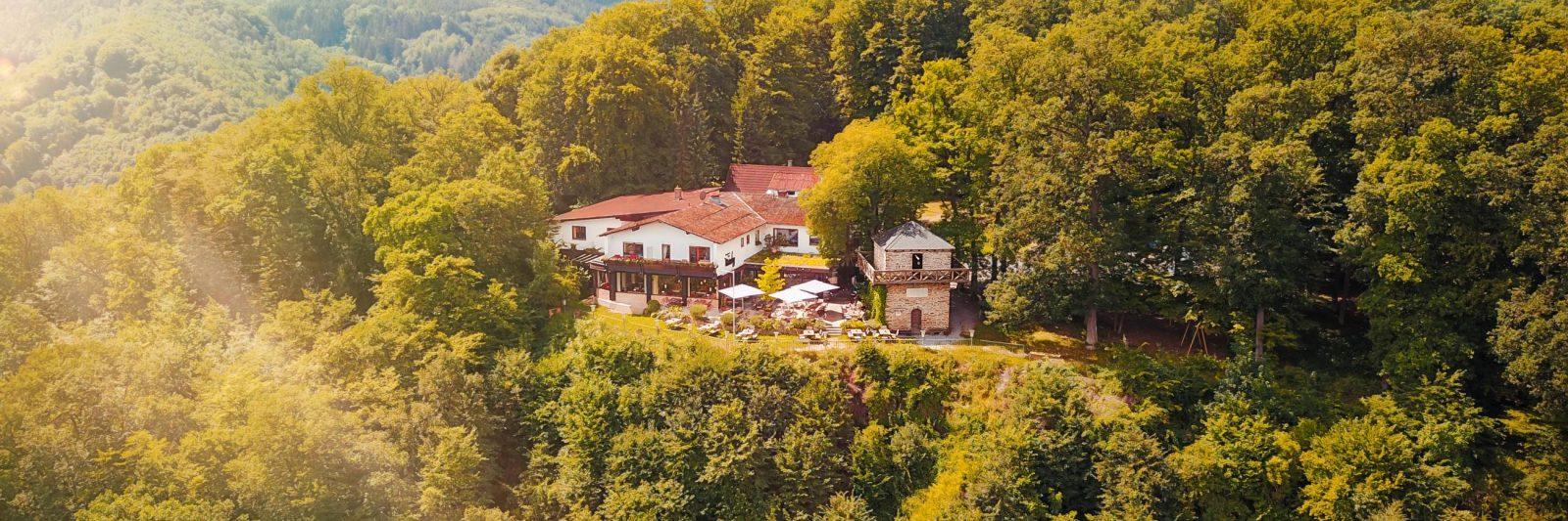 Hotel Wintersberg Bad Ems_Drohnenaufnahme des Restaurants und Hotels in der Naehe von Koblenz